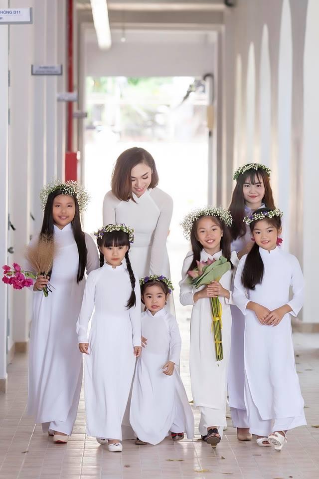 Hoa hậu áo dài Đồng Mai Ngân cùng các bé