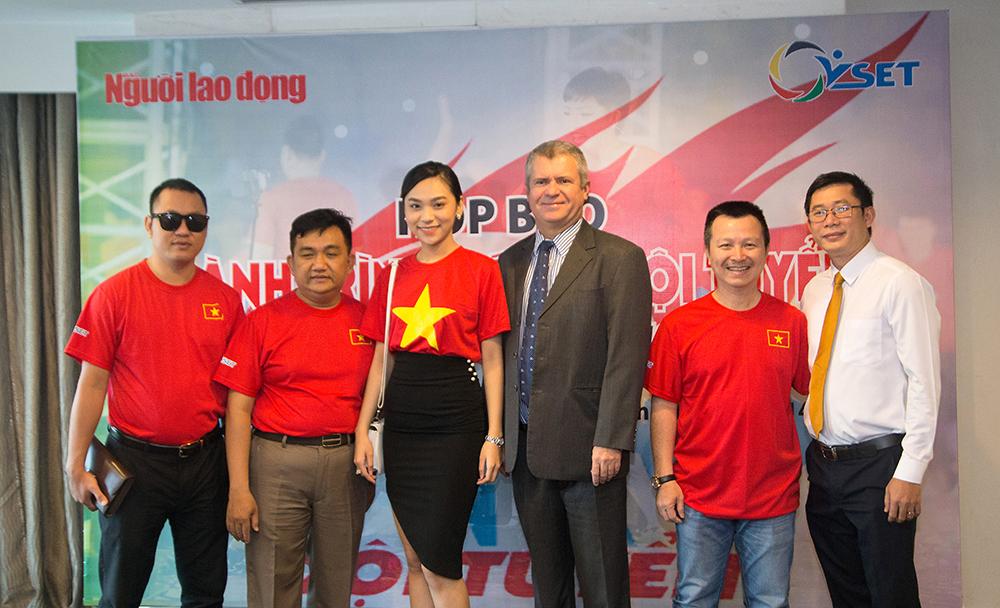Đồng Mai Ngân cùng Tổng giám đốc Vset, Tổng giám đốc Novotel, Nhà báo Đặng Hoàng.