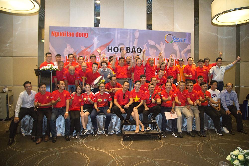 Đồng Mai Ngân chụp ảnh kỉ niệm với BTC và người hâm mộ bóng đá tại họp báo.