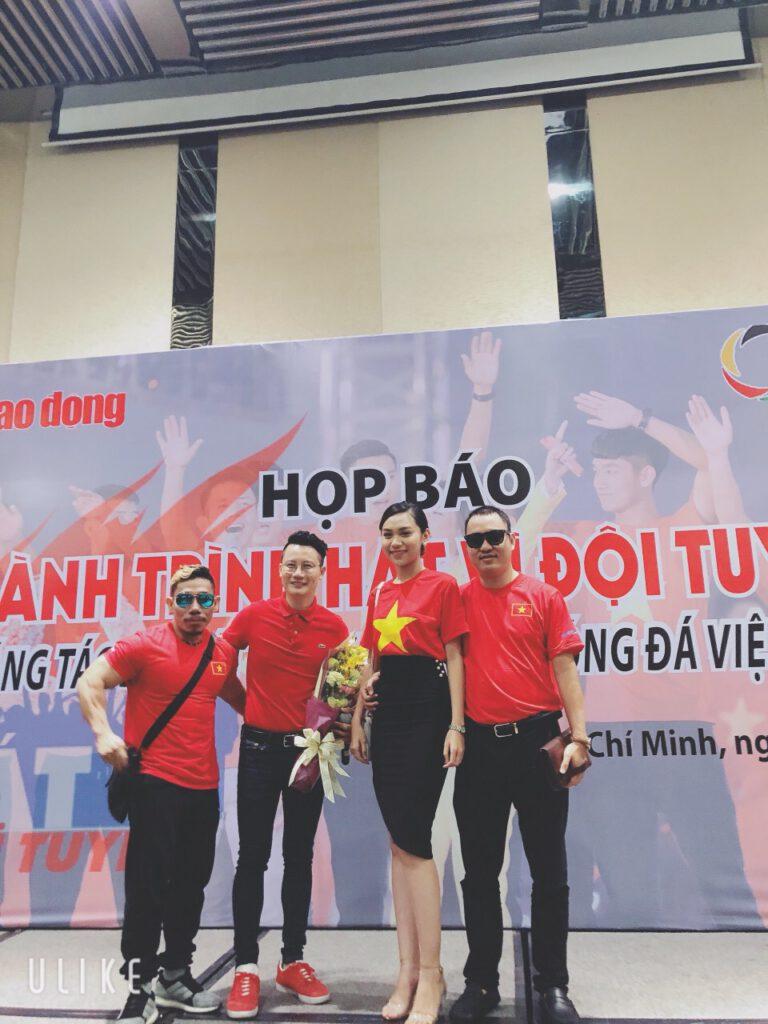 Ca sĩ, lực sĩ Phạm Văn Mách cùng tham dự chương trình