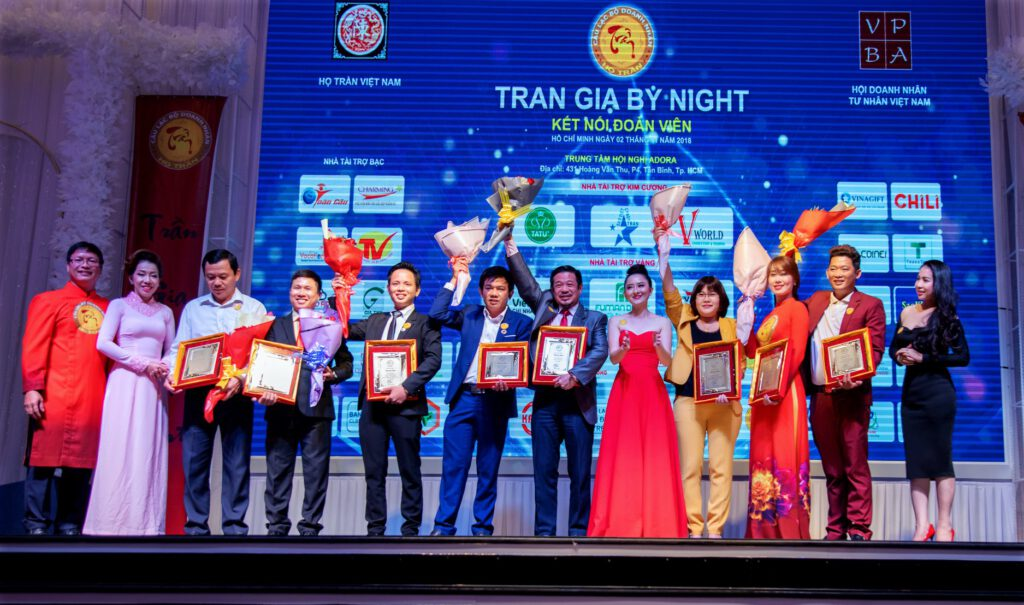 Bà Trang Trần - Chủ tịch CLB Doanh nhân Họ Trần trao giấy khen tri ân mạnh thường quân