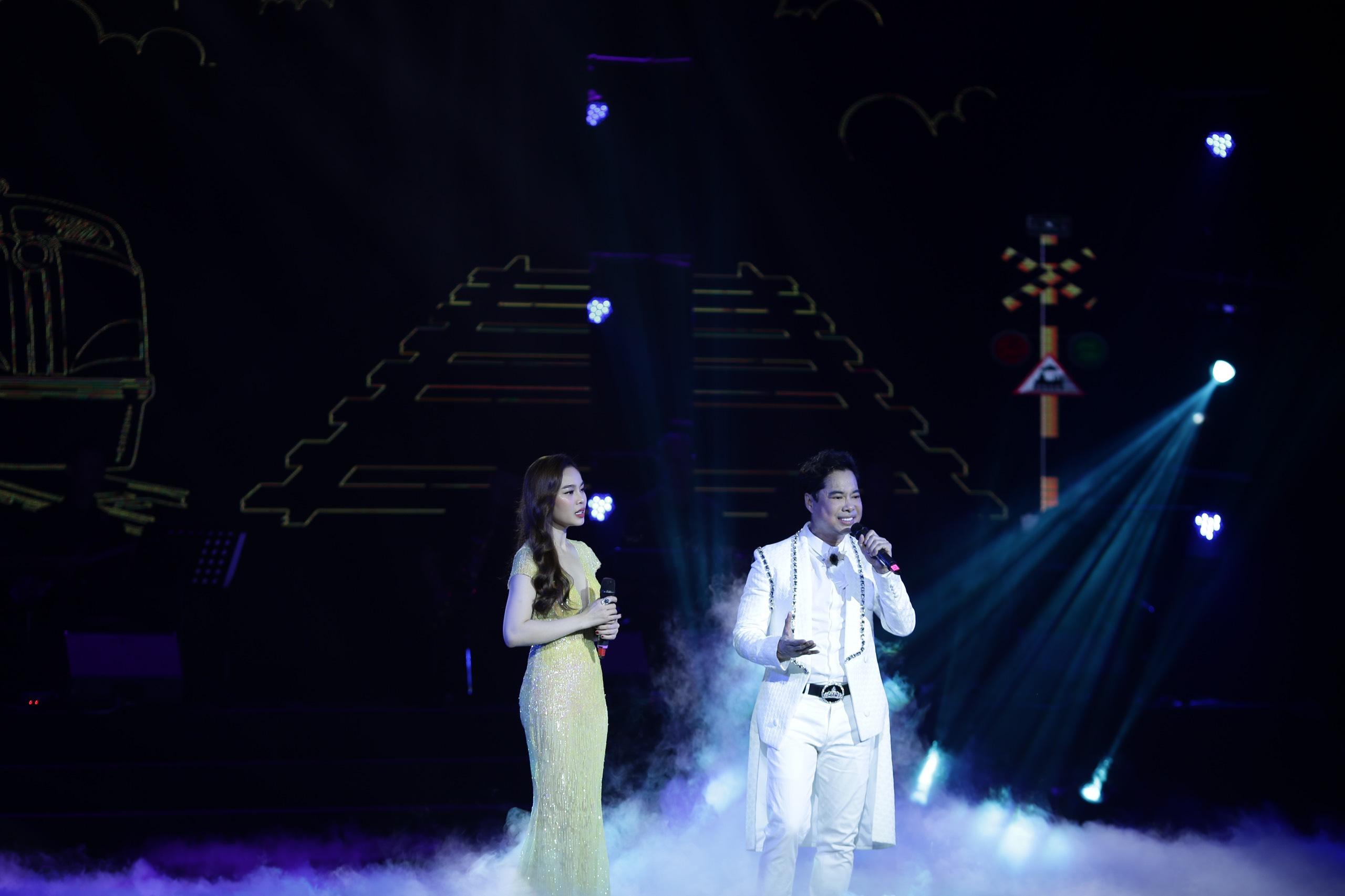 Dù Việt Nam đá chung kết King's Cup, liveshow Ngọc Sơn vẫn cháy vé 5