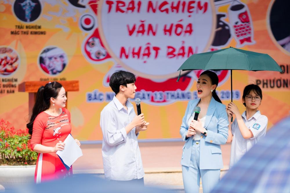 Học sinh bao vây Quỳnh búp bê khi tham giao sự giao lưu văn hóa Nhật Bản 5