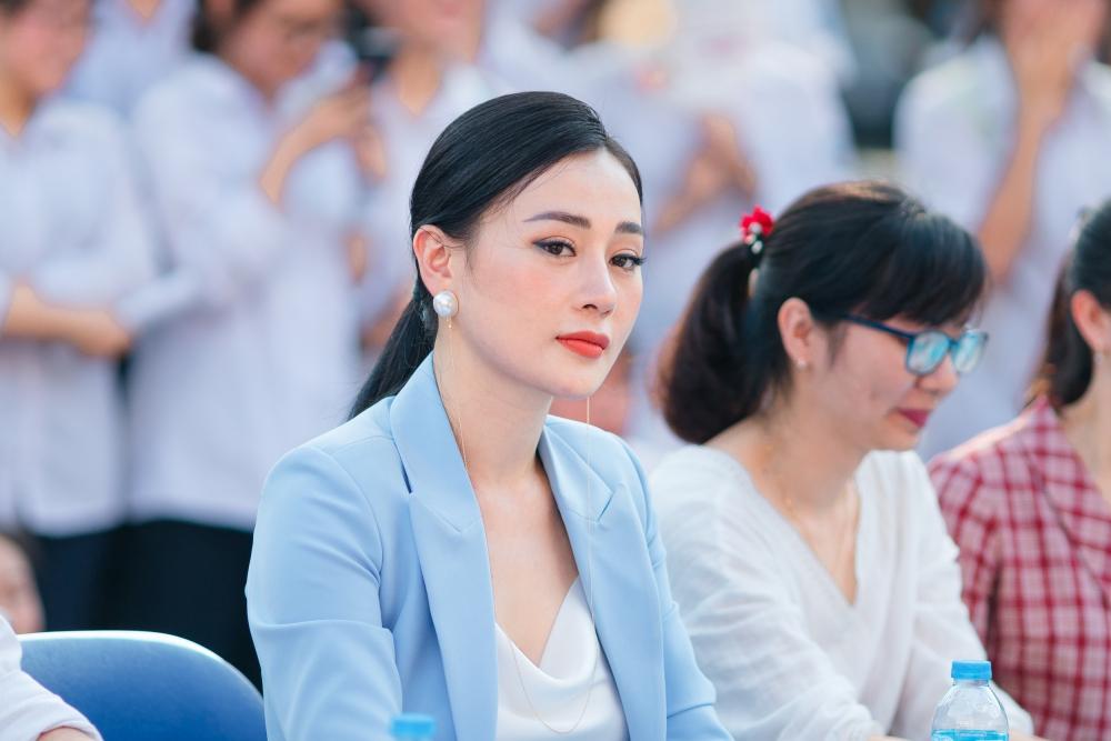 Học sinh bao vây Quỳnh búp bê khi tham giao sự giao lưu văn hóa Nhật Bản 4