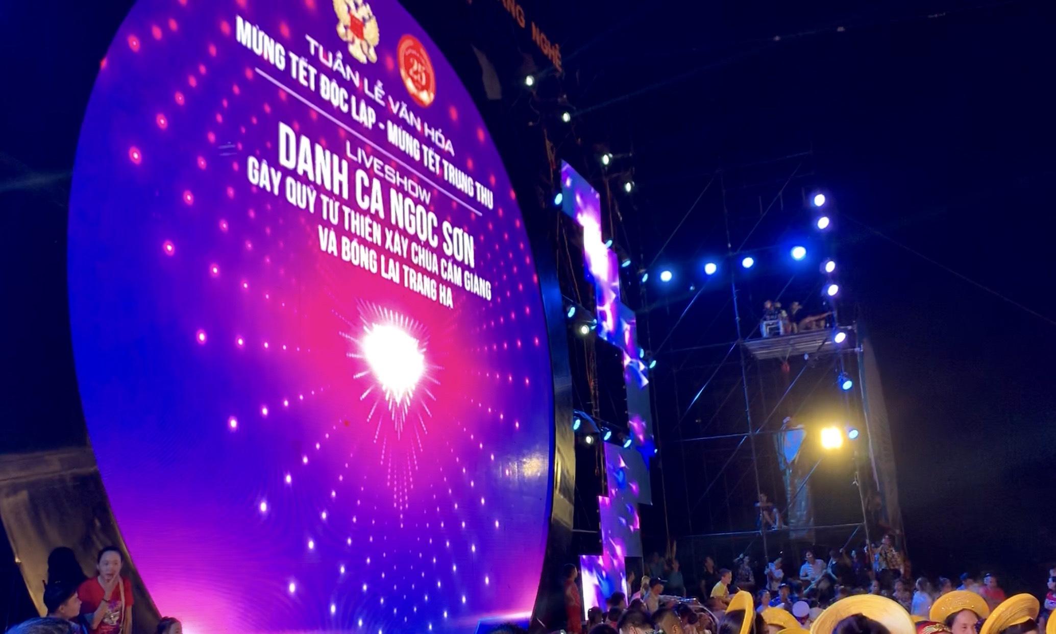 Doanh nhân Mẫn Ngọc Anh song ca cùng Ngọc Sơn trước 5 vạn khán giả 6