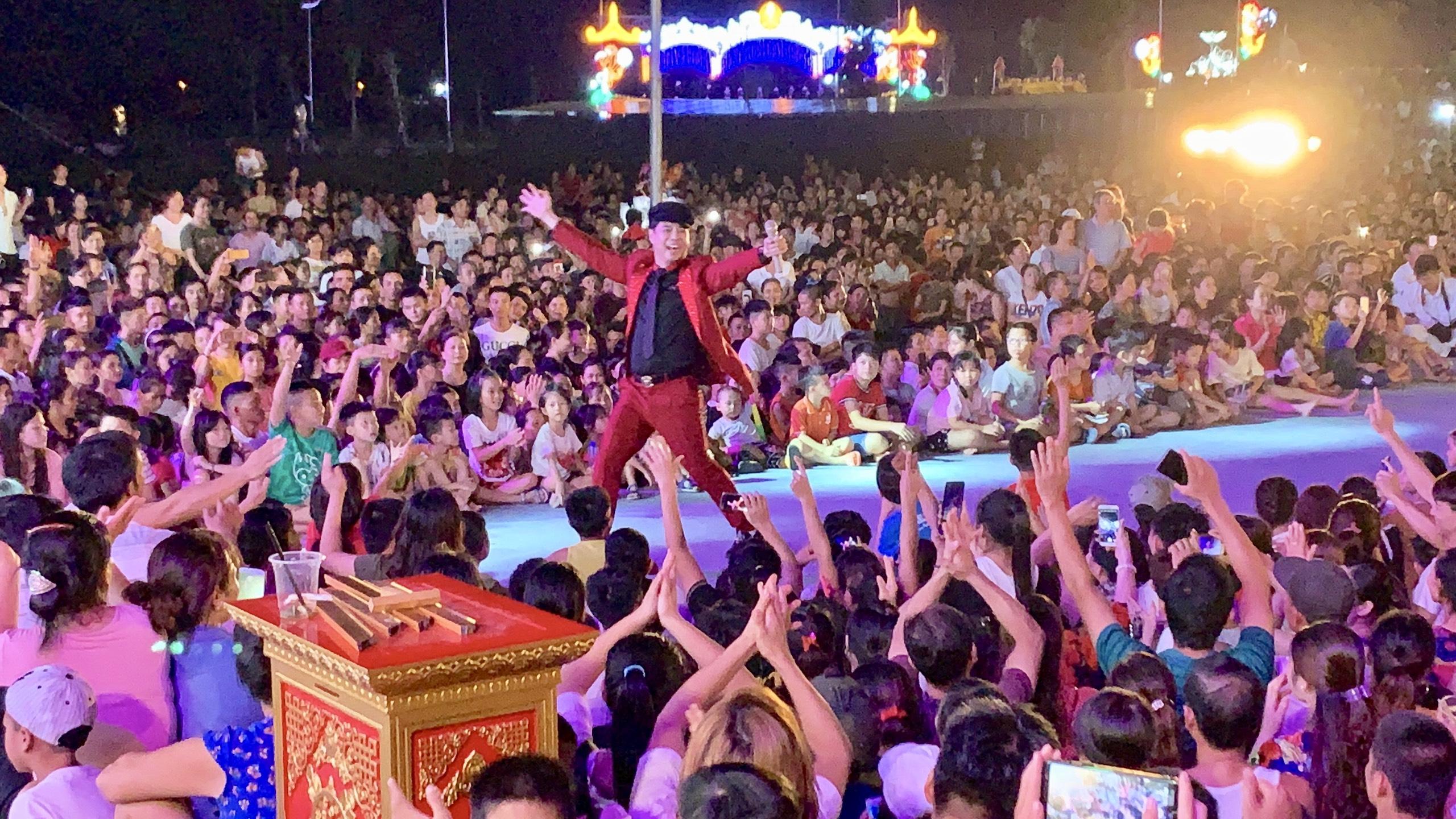 Doanh nhân Mẫn Ngọc Anh song ca cùng Ngọc Sơn trước 5 vạn khán giả 2