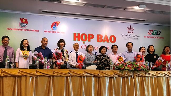 Nguyên Phó Chủ tịch nước Trương Mỹ Hoa cùng các doanh nghiệp, mạnh thường quân với đại diện của Quỹ tại buổi họp báo và ký kết tài trợ cho Quỹ.