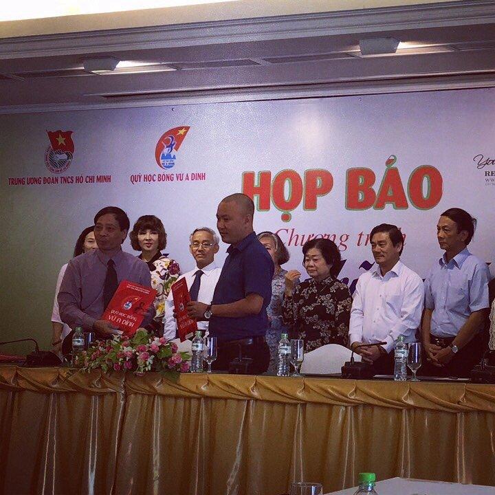 Doanh nhân Trần Anh Tuấn ký kết tài trợ cho quỹ học bổng Vừ A Dính