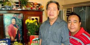 Hiếu Hiền và bố - nghệ sĩ Đức Lang - bên bàn thờ của mẹ anh - nghệ sĩ Kim Ngọc. Ảnh: Facebook Hiếu Hiền.