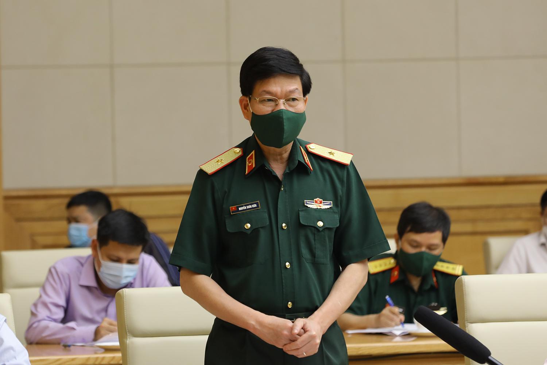 Thiếu tướng Nguyễn Xuân Kiên, Cục trưởng Cục Quân y (Bộ Quốc phòng) phát biểu tại cuộc họp. Ảnh: VGP/Đình Nam