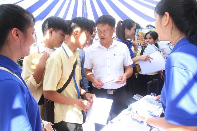 Ông Nguyễn Thanh Bình, Phó Chủ tịch UBND tỉnh Thừa Thiên Huế trao đổi, tư vấn cho các bạn trẻ về việc làm tại Ngày hội việc làm.
