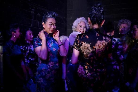 Nhóm Fashion Grandmas trong hậu trường sau khi trình diễn một chương trình của Đài truyền hình trung ương Trung Quốc - Ảnh: AFP