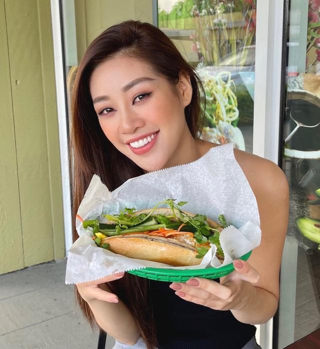 Khánh Vân còn thưởng thức bánh mì Việt Nam tại Mỹ và vô cùng xúc động khi được ăn món ăn quen thuộc của quê nhà.