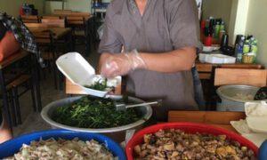 Anh Nguyễn Văn Tự (áo xám) triển khai hoạt động nấu cơm, phát tặng công nhân khu vực phong tỏa