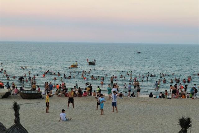 """Sau quyết định cho mở lại hoạt động bãi tắm, rất đông người dân đã đổ về đây để """"hạ nhiệt"""" mùa hè."""