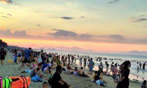Ghi nhận chiều 31/5 có hàng nghìn người đã đổ về tắm biển. Theo người dân sinh sống tại đây, hai ngày cuối tuần vừa qua lượng người gấp 2-3 lần ngày đầu tuần.